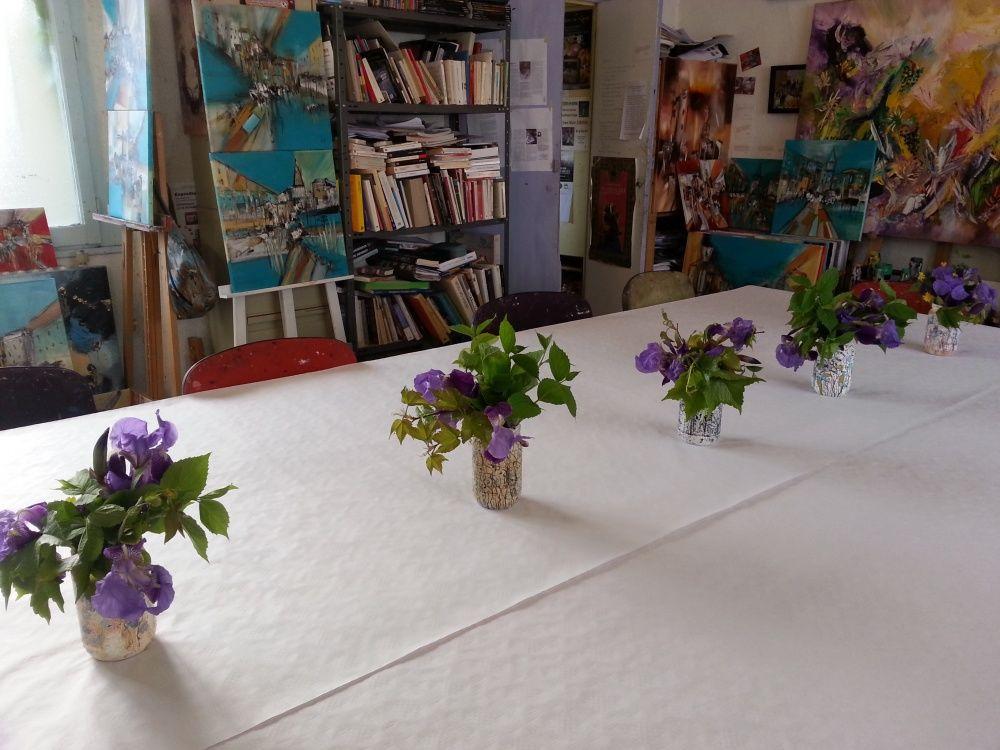 """Les pots """"maison"""" et les iris du jardin"""